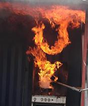 Släck aldrig brinnande olja med vatten, det får alltid katastrofala följder. Lägg på ett lock och ta försiktig bort kastrullen från värmen.