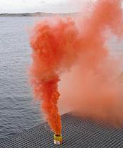 Om hjälpen som kommer är en helikopter, eller du vill uppmärksamma ett flygplan att du behöver hjälp så är en rökbomb ett utmärkt hjälpmedel. Tänd den och släng den i sjön så färgar röken ett stort område. Släng den så att röken blåser bort från båten.